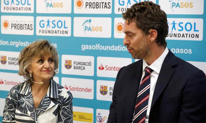 La ministra de Sanidad en funciones, M. Luisa Carcedo, y el presidente de la Gasol Foundation, Pau Gasol (©Zipi/EFE).
