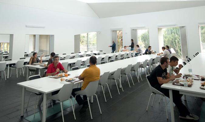 El comedor universitario de la ULPGC ofrece a diario un menú compuesto de 2/3 primeros, 2/3 segundos y 2/3 guarniciones, a demás de pan, postre (fruta) y bebida (refresco, agua o cerveza sin alcohol).