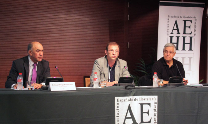 <b>Miguel Ángel Herrera</b>, vice-presidente de la AEHH, flanqueado por <b>Ángel Monja</b> (HUBU) y <b>Carlos Arteta</b> (Complejo Hospitalario de Pamplona).