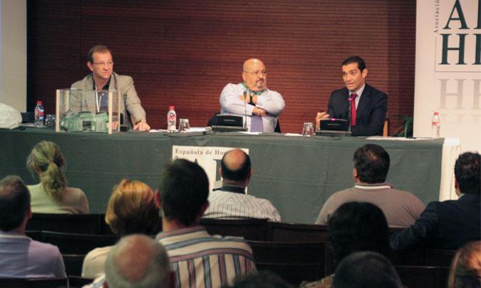<b>José Luis Iáñez</b>, presidente de la AEHH (en la foto en el centro). A su derecha, <b>Miguel Ángel Herrera</b> (vice-presidente de la asociación), y a su izquierda <b>Diego Juárez</b> del Convention Bureau de Sevilla.