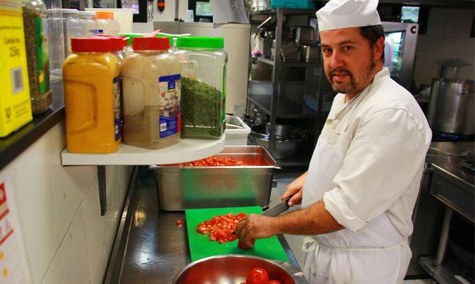 Marc Esteve trabajando en la cocina del comedor escolar del Saint Paul's School (Barcelona). ©Rest_colectiva