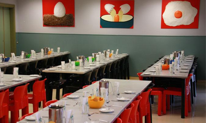 Las mesas preparadas… en este comedor escolar comen a diario 770 alumnos. ©Rest_colectiva