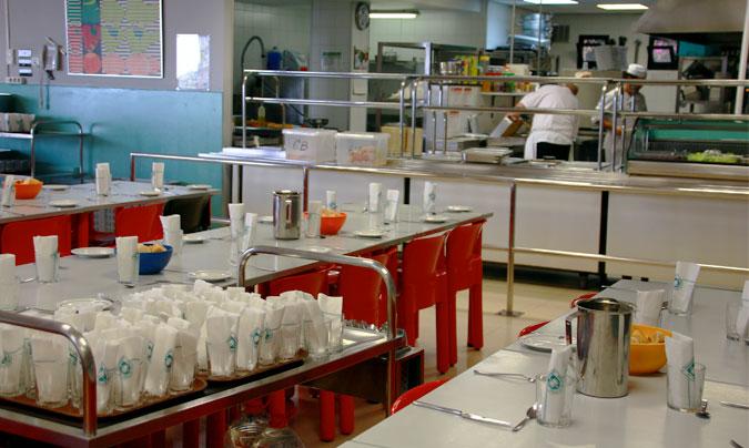 La cocina es un espacio abierto al comedor. Los alumnos conocen perfectamente al personal de cocina y ven como se prepara la comida. ©Rest_colectiva