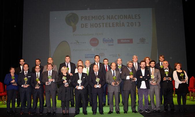 Foto de familia de todos los galardonados en los <i>Premios nacionales de hostelería</i>. En la foto de la portada de la sección, <b>Gonzalo Bas</b>, director del departamento de Calidad de Serunión.