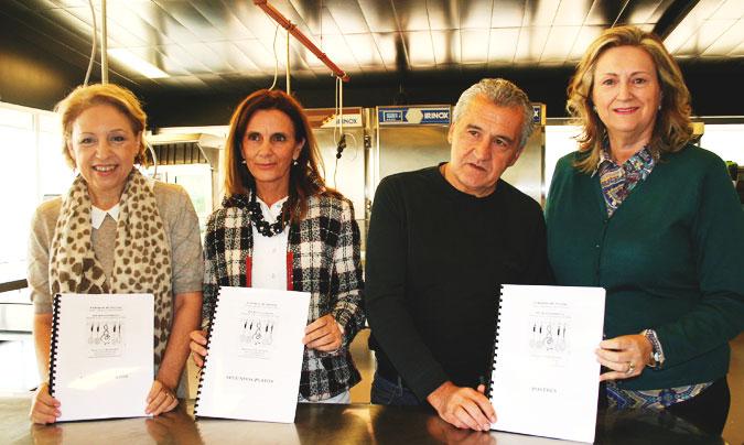 De izquierda a derecha: <b>Susi Díaz</b>, <b>Pilar Lucas</b>, <b>Paco Torreblanca</b> y <b>Suny Senabre</b> con los libros de las recetas recibidas. ©Hospital General Universitario de Elda
