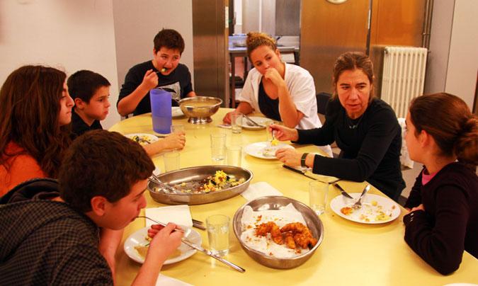 <b>Ada Parellada</b> junto a algunos de los alumnos del taller y <b>Mariona Campà</b>, ex-alumna de Súnion y una de las monitoras del comedor. ©Rest_colectiva