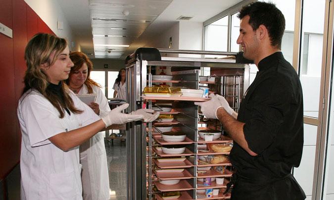 Sirviendo los menús en el Hospital General Universitario de Elda.