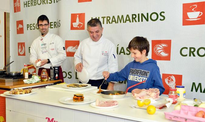<b>Floren Bueyes</b>, presidente de Cocineros de Cantabria, entre uno de los alumnos y <b>Enrique Pérez Malagón</b>, otro de los chefs que interviene en los talleres.