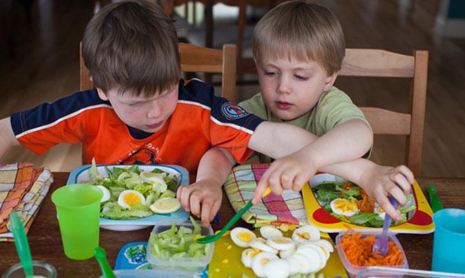 Dejar a los niños que se sirvan la comida puede ayudar a combatir la obesidad infantil