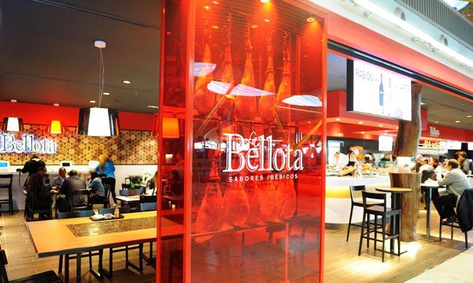 'La Bellota', un local especializado en el jamón, creado bajo el sistema de cobranding con la firma Jamones y Embutidos La Bellota. @Áreas