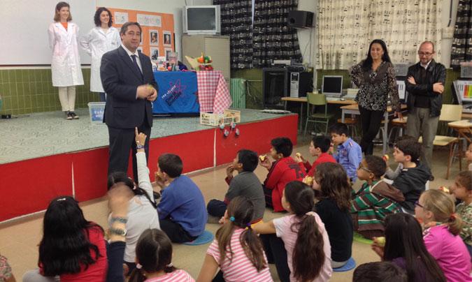 El <i>conseller</i> <b>Pelegrí</b> en la presentación del plan llevado a cabo en una escuela de Barcelona. ©DAAM