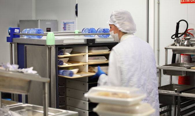 En la cocina se cargan las bandejas en los carros, que cuentan con una zona de calor y una de frío. ©Grup Serhs