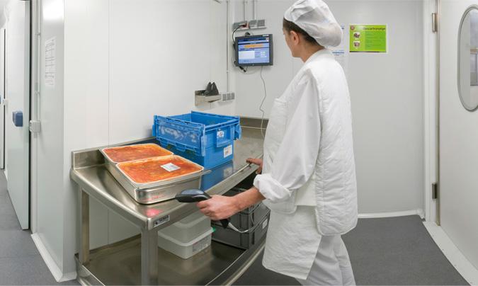 A la zona de recepción llega la comida una o dos veces por semana, en barquetas de 3 kg. Un 50% / 60% de la comida servida en el hospital de Blanes es quinta gama refrigerada. ©Grup Serhs