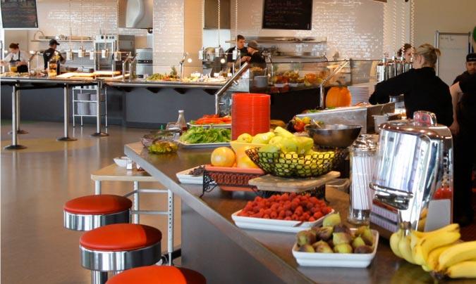 Los comedores de empresa ofrecen hoy en día la posibilidad de alimentarse de una manera sana y adecuada; algunos incluyen oferta para tomar algo a media mañana y a media tarde.