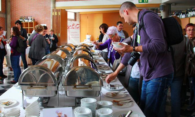 Tras las ponencias, todos los asistentes pudieron comprobar y probar la calidad de la comida que se sirve en los centros escolares gestionados por Bo i Sa. ©Rest_colectiva.