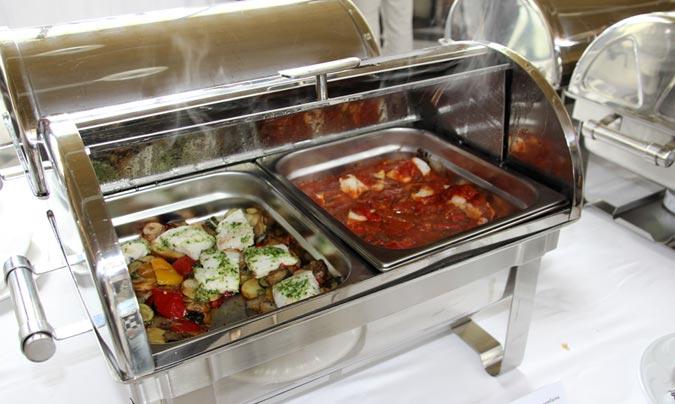 Bo i Sa elabora todas sus platos con productos frescos y naturales, a poder ser de proximidad. En la foto, <i>Lomo de merluza al horno con verduritas</i> y <i>Bacalao con samfaina</i>. ©Rest_colectiva.