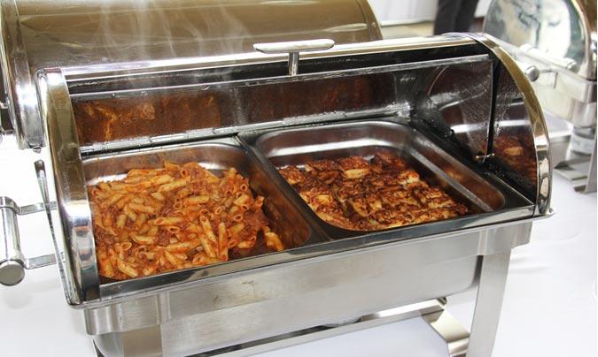 Excepto la presentación en el <i>bufette</i>, la comida que se ofreció fue la misma que la que se sirve en los colegios. En este caso macarrones y lasaña. ©Rest_colectiva.