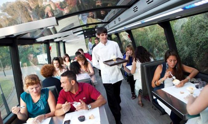 Interior del <i>Gourmet Bus de Barcelona</i>, un autobús turístico que lleva el sello del estrella Michelín <b>Carles Gaig</b> y que en ocho meses ha servido 15.000 cenas.
