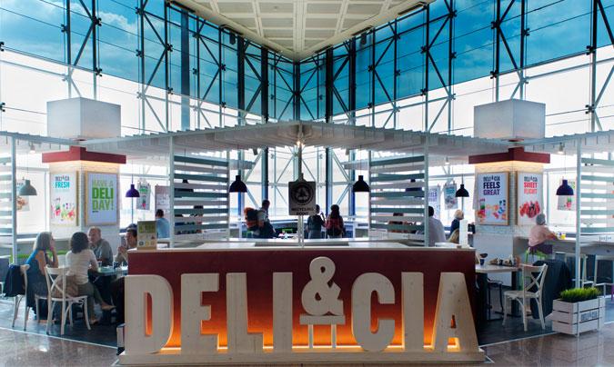 'Deli&Cia' es otra de las enseñas gestionadas por Áreas; un local de 287 m2 que propone un surtido innovador basado en sándwiches, <i>wraps</i>, bocadillos calientes mediterráneos, <i>focaccias</i>, ensaladas…