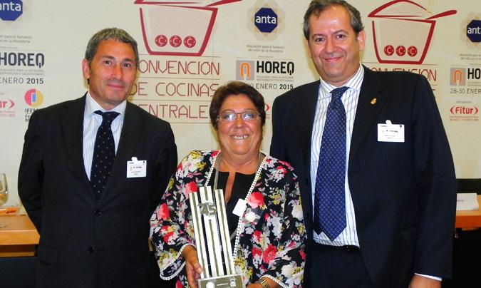 Premio Excel 45: Hospital Carlos Haya. Entregó el premio <b>Javier Rodrígez</b> (Anta); recogieron, <b>Rosa Roque</b>, subdirectora del servicio de hostelería y <b>Ángel Caracuel</b>, bromatólogo.