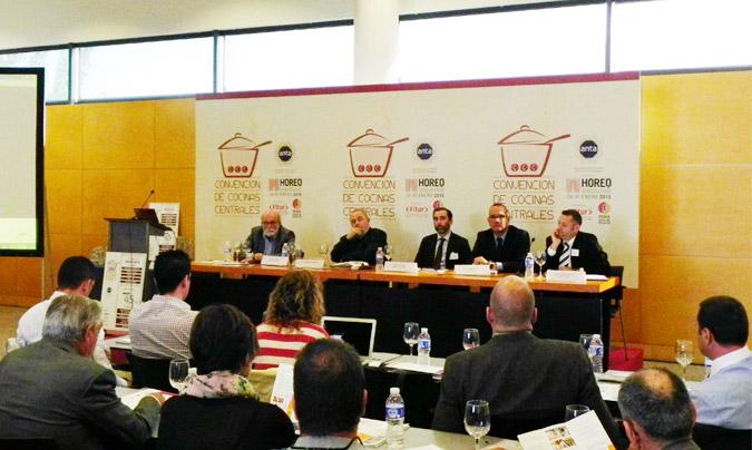 Primera sesión: 'Nuevas tecnologías y mejora de la productividad en las cocinas centrales'. De izda. a dcha.: <b>J. Pagán</b>, <b>N. Navarro</b>, <b>J. Sánchez</b>, <b>O. Lucel</b> y <b>G. Lobato</b>. © Rest_colectiva.