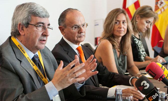 De izquierda a derecha, <b>José M. Rubio</b>, presidente de la Fehr; <b>Jordi Roure</b>, presidente de la Felac y de Hostelco; e <b>Isabel Piñol</b>, directora de Hostelco.