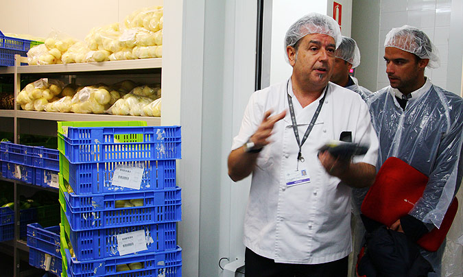 <b>Antonio Martín</b>, director de la cocina del Hospital Sant Pau en la zona de recepción, almacenes y cámaras. ©Rest_colectiva.