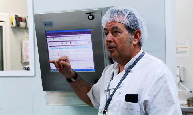 <b>A. Martín</b> en el área de manipulación de alimentos donde se prescinde de las cuatro salas de preparación habituales. Un sistema informático controla la trazabilidad de los alimentos. ©Rest_colectiva.