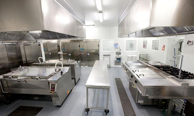 La cocina basa su producción en cuatro marmitas basculantes con agitador y sistema de pre-abatimiento, dos grandes equipos multifunción y dos hornos mixtos. ©Euroline.