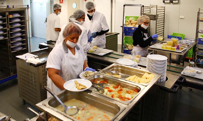 La zona de emplatado a pleno rendimiento. El último servicio de emplatado diario es el desayuno del día siguiente. ©Rest_colectiva.
