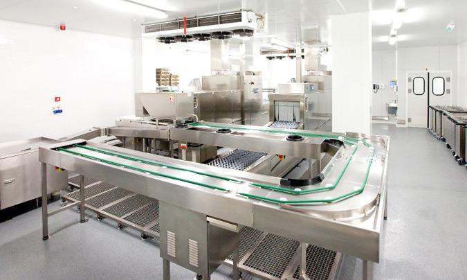La cinta de transporte de bandejas alimenta a dos túneles de lavado, uno para vajilla y otro para bandejas y cubiertos. ©Euroline.