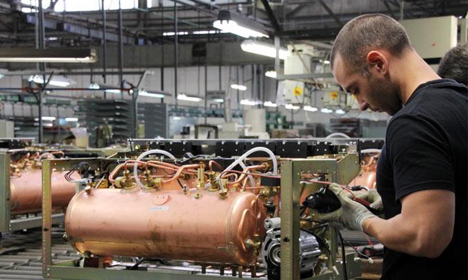 Ensamblaje de la caldera y todos los componentes mecánicos y tecnológicos en la máquina ©Rest_colectiva.