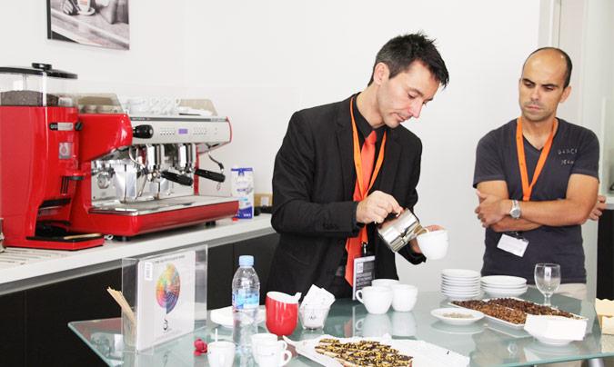 <b>Rubén Sanz</b>, barista y coordinador de departamento de Formación, puso el punto final a la visita con algunos consejos sobre cómo distinguir un buen café y un <i>caffè latte</i>. ©Rest_colectiva.