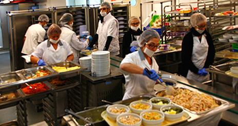 La cocina en línea fría del Sant Pau, un referente en restauración hospitalaria
