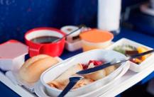 Según un estudio, ingerimos una media de 2.300 calorías cuando viajamos en avión