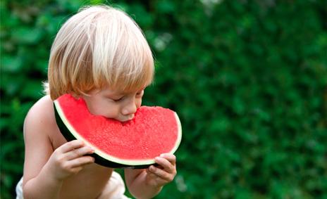 La sandía, una fruta estival saludable y  muy atractiva para los más pequeños