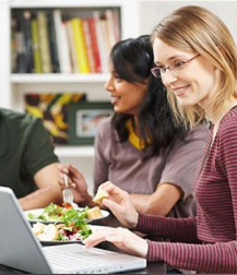 Según un estudio, comer delante del ordenador hace que aumente el apetito