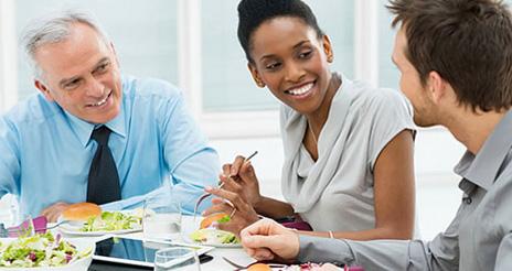 Comer en el centro de trabajo ahorra tiempo e incrementa la productividad de los trabajadores