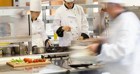 La contaminación acústica, uno de los riesgos más frecuentes en cocinas profesionales