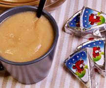 Una porción de queso como contrapunto al sabor dulce de una compota de manzana