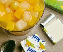 Macedonia casera acompañada con queso, el postre más fresco para los niños en verano
