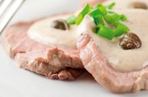 Receta de 'Ternera asada con salsa de verduras y crema de queso', especial para mayores