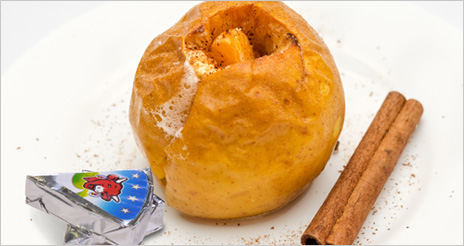 Manzana asada con una porción de queso, un postre nutritivo y adecuado para los mayores