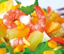 Ensalada tropical con porción de queso, una opción fresca y nutritiva para el verano
