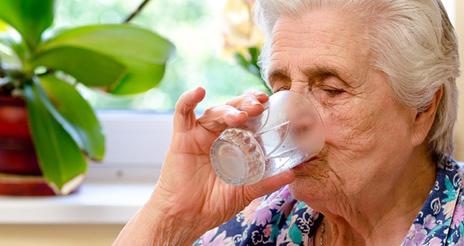 Unos 5.000 mayores reciben consejos para mantener una adecuada hidratación