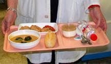 Los pacientes del Hospital General de Elda degustaron ayer un menú de aniversario