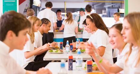 El negocio de los colegios privados a costa del comedor escolar: ¿una 'estafa consentida'?